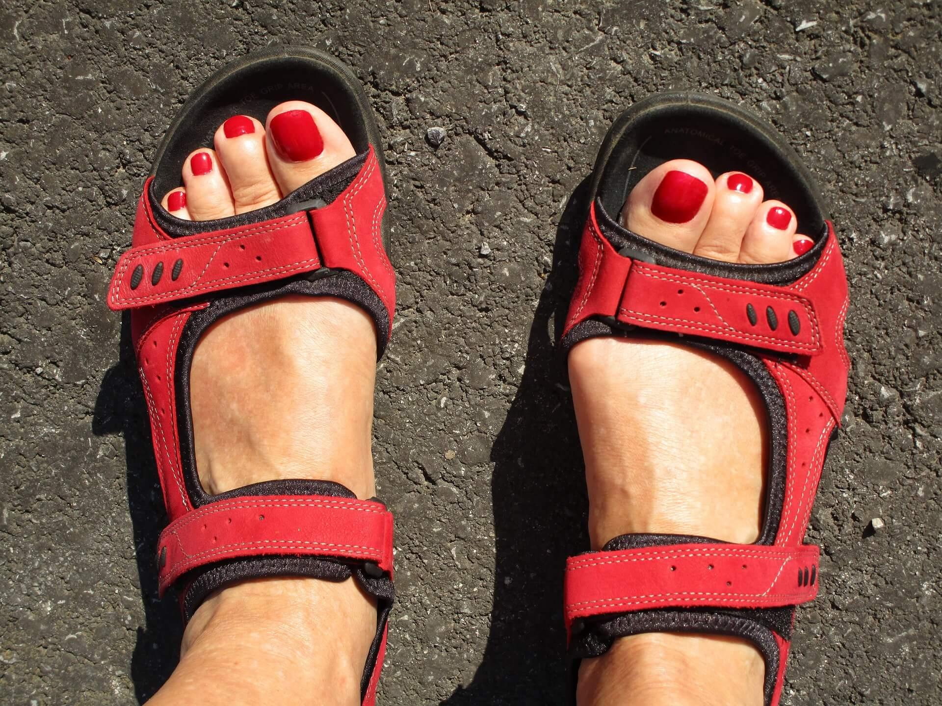 רגליים מטופחות בקיץ