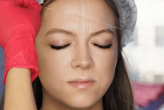 אשה בטיפול עיצוב גבות