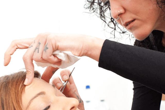 אשה עושה עיצוב גבות ללקוחה