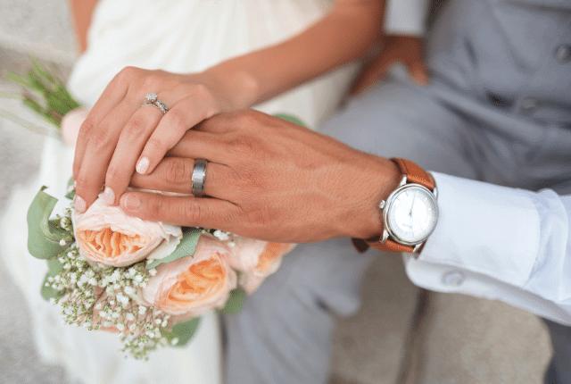 ידיים של חתן וכלה