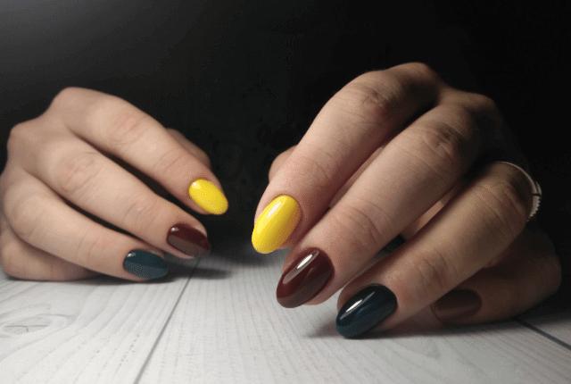 יד של אישה עם בניית ציפורניים