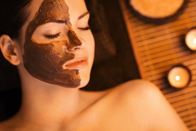 אישה בעת טיפול פנים