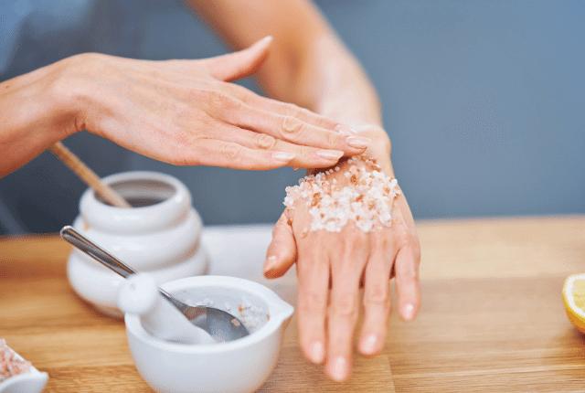 אישה שמה על היד מוצרי קוסמטיקה טבעית