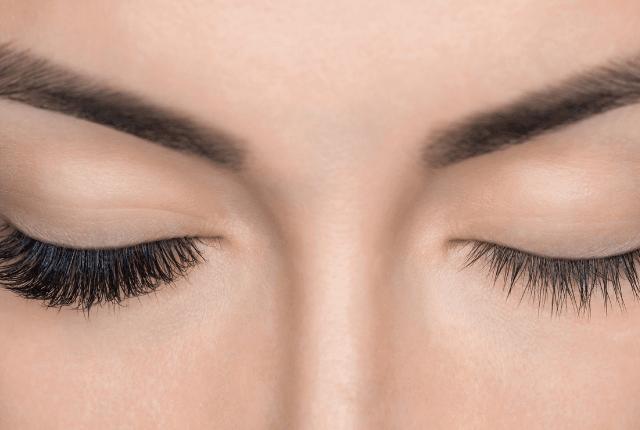 אישה לאחר ביצוע עיבוי ריסים לעין אחת