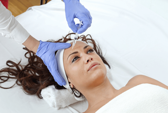אישה בטיפול מילוי ריסים