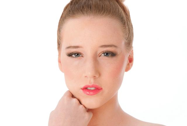 אישה לאחר תוספת ריסים