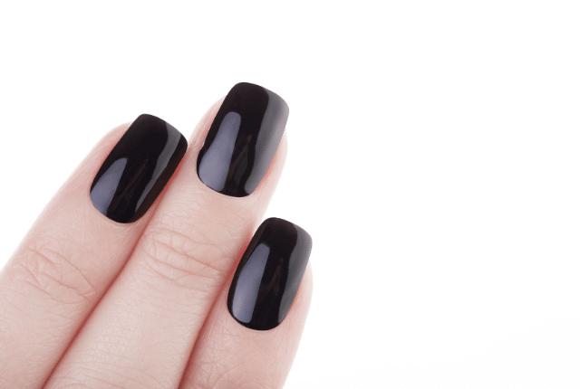 לק שחור בציפורניים בידיים