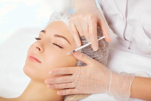 ביצוע טיפול מזותרפיה לאישה